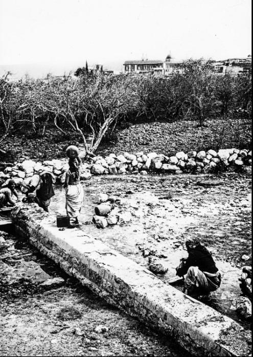 Женщины во время повседневных работ в Шхеме.