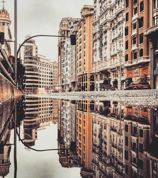 Визитной карточкой площади является здание с крупными буквами «Швепс», которое стало известно благодаря фильму «День зверя» (1995 год).