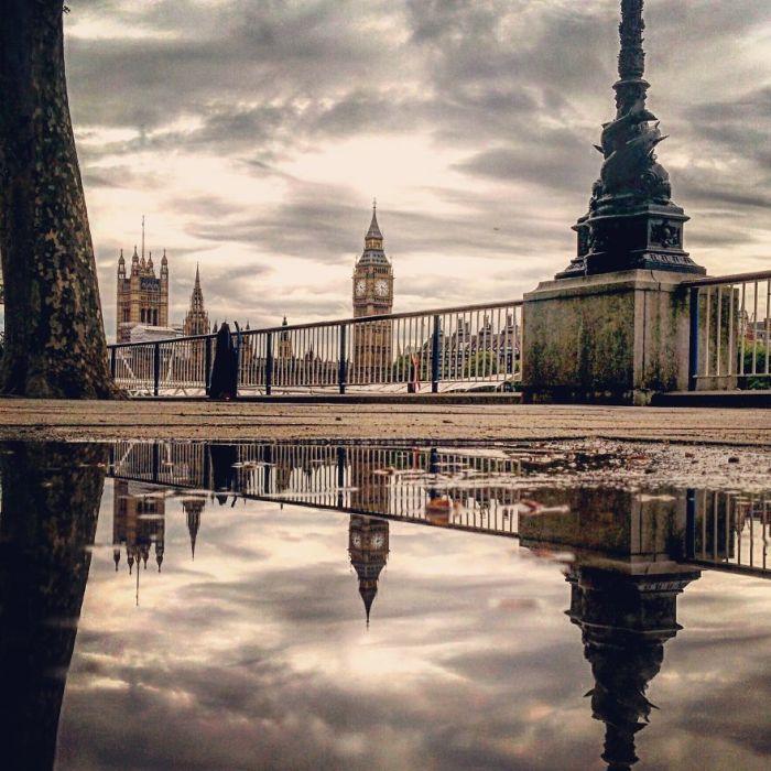 Сердце Лондона - острые шпили башни Виктории и Биг Бена, которые поднимаются в небо, затянутое облаками.