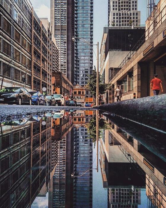 Самая обычная улица в отражении выглядит все-таки немного иначе – глубже и многозначительнее.
