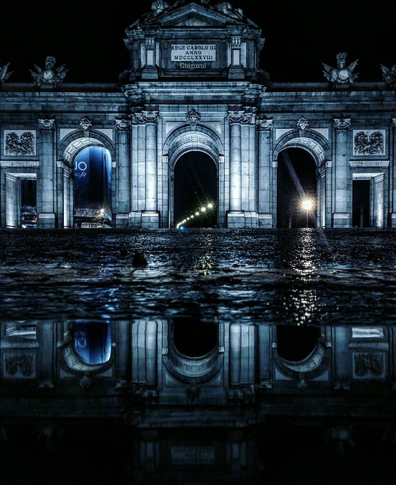 Триумфальная арка построена в 1778 году испанским архитектором Анхелем Фернандесом де лос Риосом по проекту итальянского зодчего Франческо Сабатини.