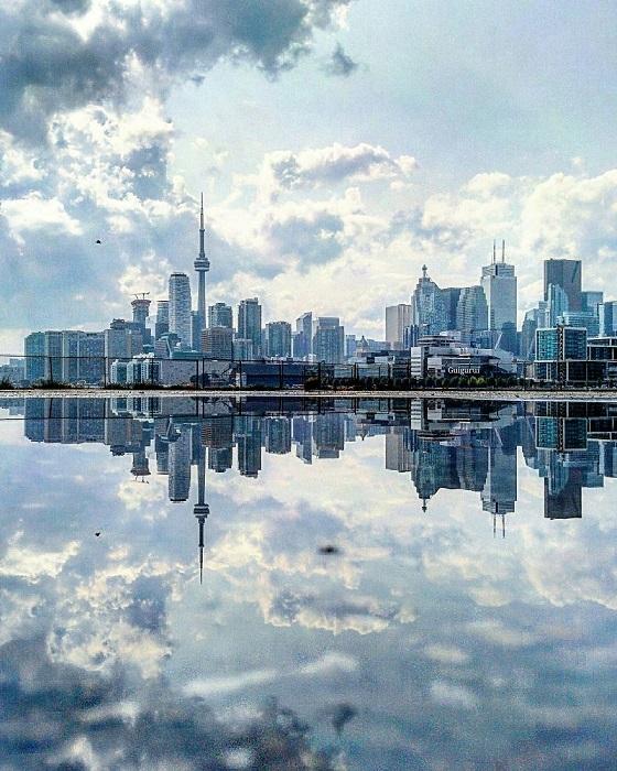 Одна из самых высоких в мире телебашен, которая возвышается над зданиями и видна из любой точки города, является гордостью Торонто.