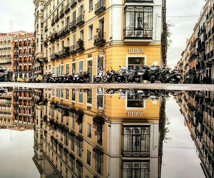 Фотографии с отражениями в лужах, созданные талантливым мастером, ненавязчиво намекают на существование параллельного мира.