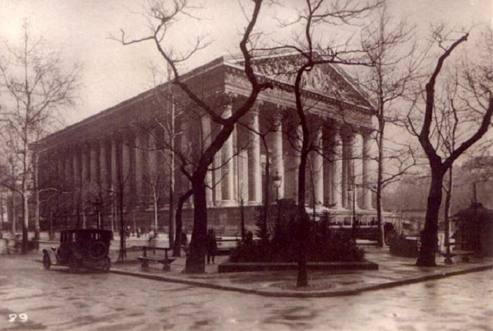 Фотограф передал красоту архитектуры белого исторического здания.