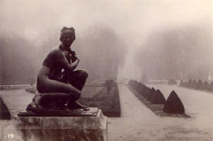Памятник на снимке фотографа на фоне необычайного пейзажа это произведение искусства.