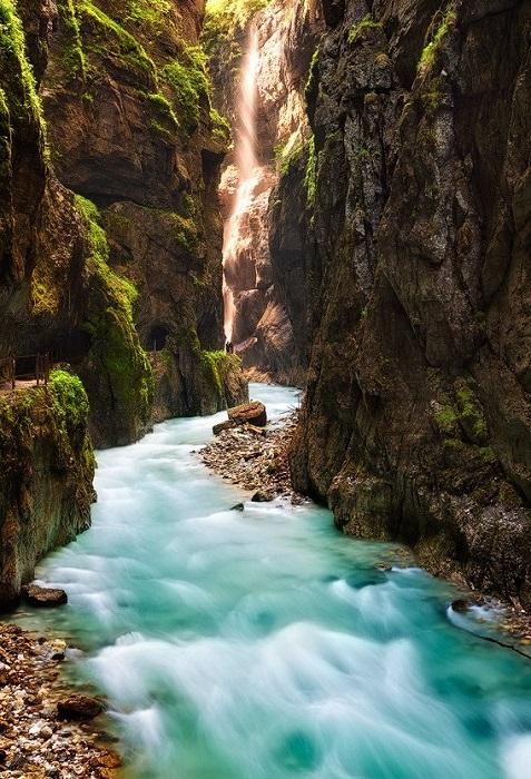 Ущелье длиной около 1 км и крутыми вертикальными стенками высотой до 86 м, через которое протекает река Партнах.
