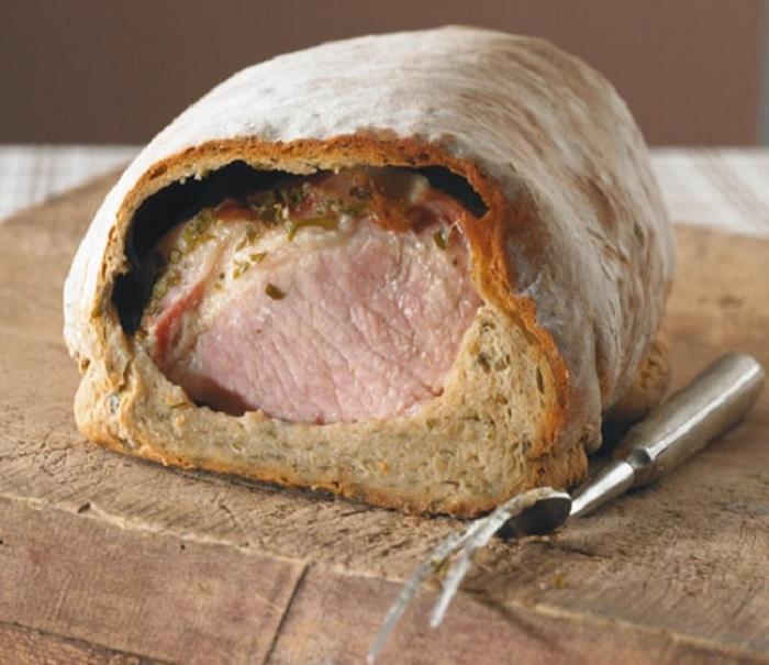 Ветчина запеченная в хлебе.