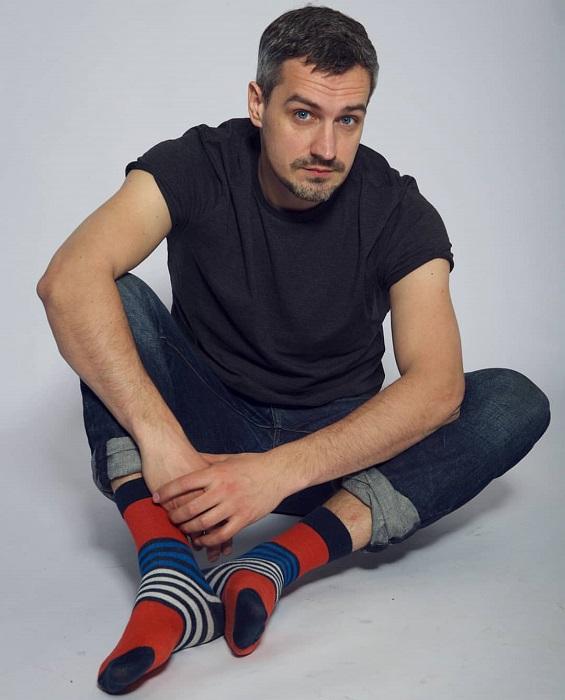 Российский актер театра и кино известен по сериалам «Счастливы вместе» (2006), «Я не вернусь» (2005), «Осиное гнездо» (2016) и «Улица» (2017-2018).