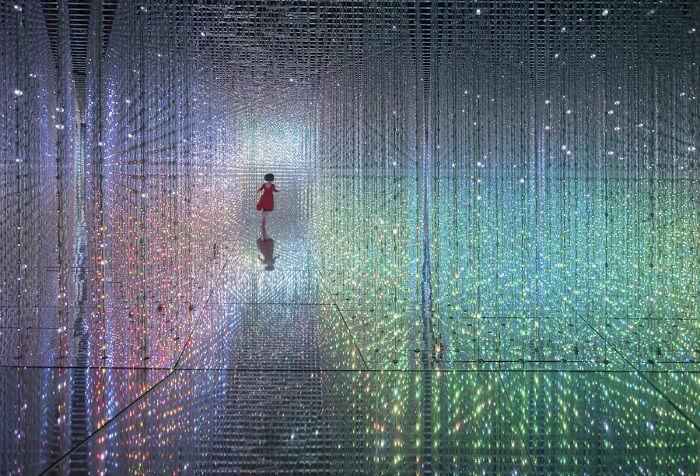 Автор снимка «Девочка, которая прыгает сквозь время» – фотограф Дэниэл Чёнг (Daniel Cheung) из Гонконга.