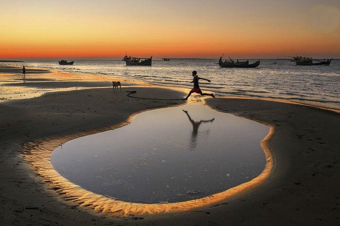 Автор снимка «Прыжок через лужу»– фотограф Юсуф Тушар (Yousuf Tushar) из Бангладеш.