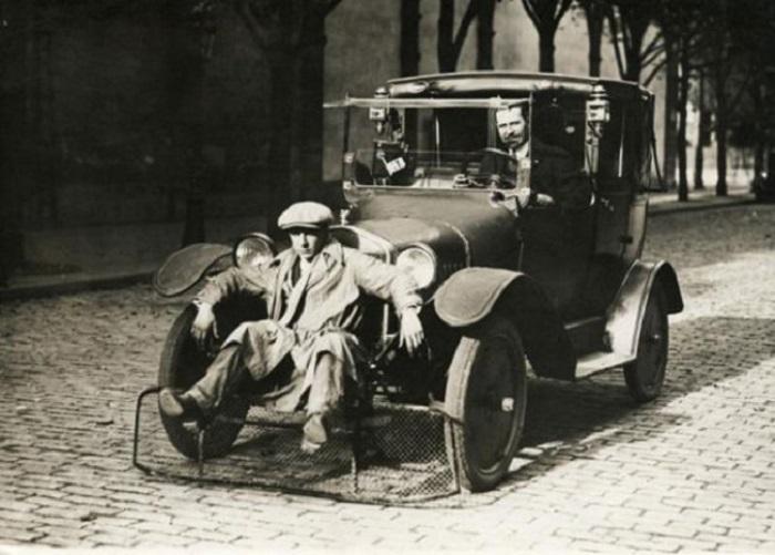 Автомобиль с лопатой для пешеходов, для сокращения числа жертв (1924 год).