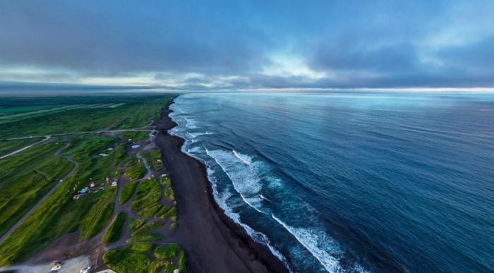 Побережье Тихого океана. Именно здесь можно найти так редко встречающийся черный песок.