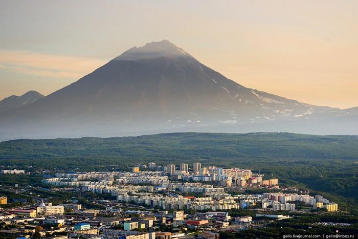 Действующий стратовулкан на Камчатке высотой 3456 метров, в 35 км к северу от Петропавловска-Камчатского.
