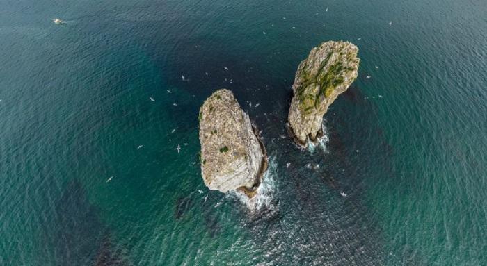 По легенде, это были три брата, которые защитили бухту от большой волны из океана (Камчатка — цунамиопасный регион). Защитив бухту от волны, они окаменели и теперь стоят, охраняя бухту от опасностей.