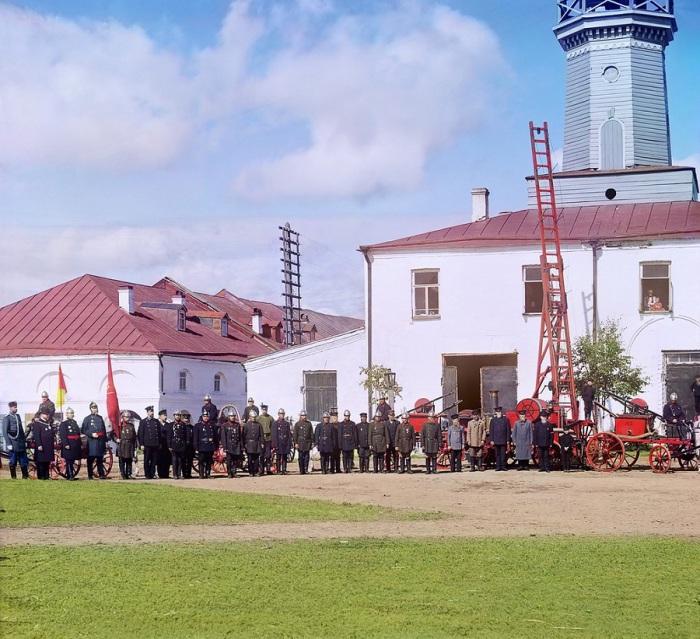 Пожарная команда города Вытерга на фоне пожарной части и каланчи.