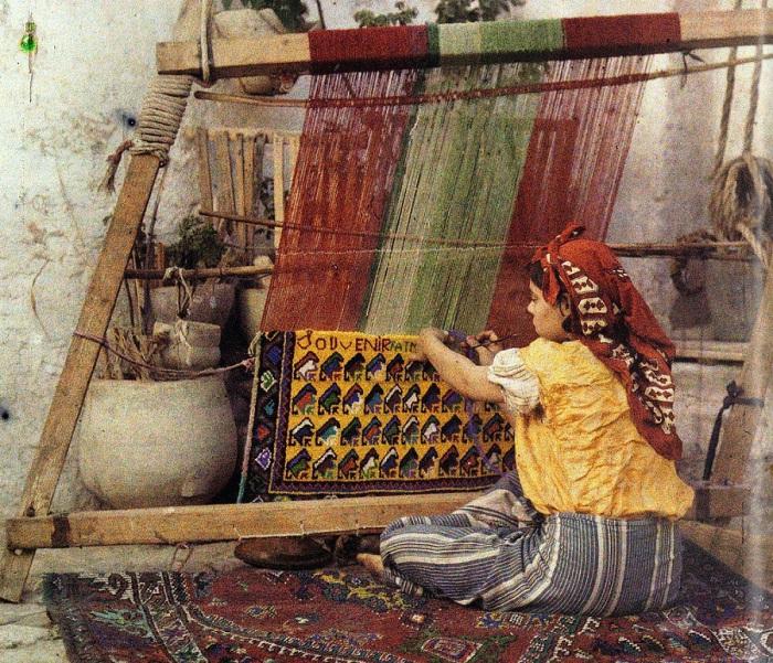Девушка ткёт ковёр в Алжире.