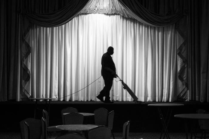 Силуэт дежурного в бальном зале отеля Palmer House в Чикаго.