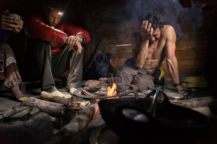 Фотограф Кори Ричардс и его команда грустят у костра после того, как не смогли подняться на Хкакабо-Рази — гору в Азии.