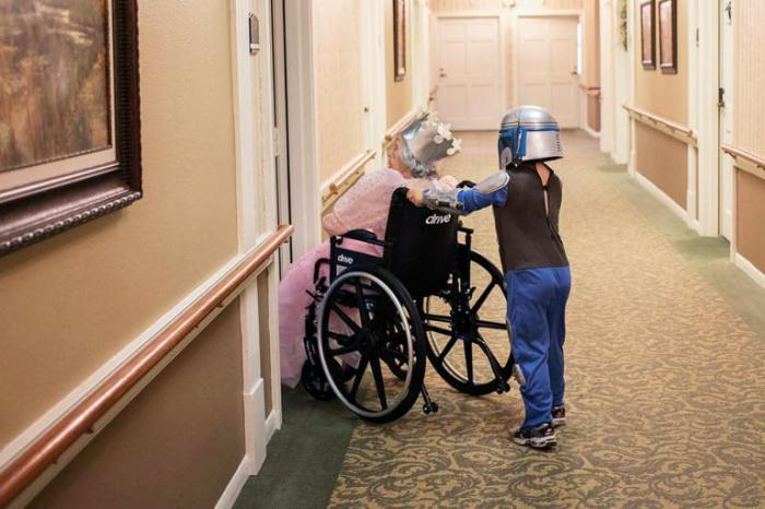 Маленький мальчик и его бабушка играют, переодеваясь в разных персонажей.