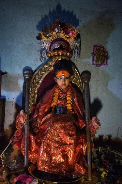 Шестилетняя девочка на троне, Непал.