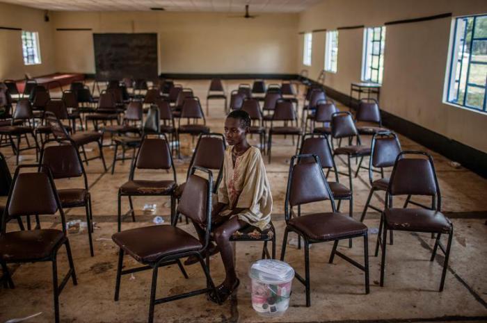 12-летняя девочка осталась одна после того, как вирус Эбола унес жизни всей ее семьи.