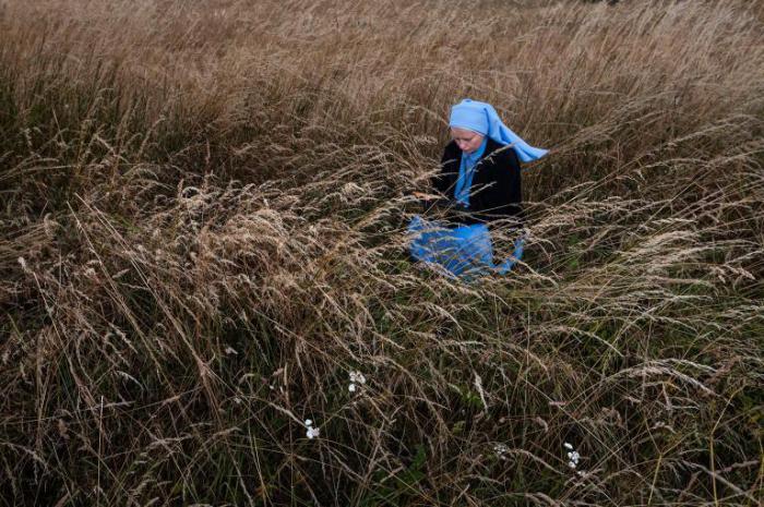 Польская монашка по дороге в Ченстохову останавливается, чтобы помолиться.