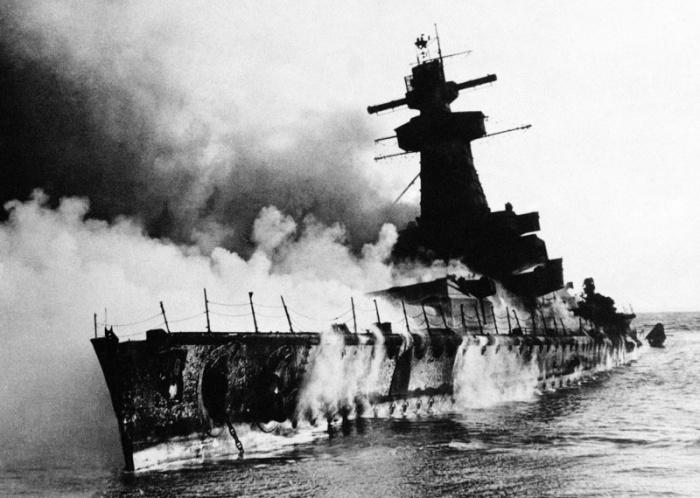 Горящий в устье реки Ла-Платы крейсер «Адмирал граф Шпее» после взрыва командой.