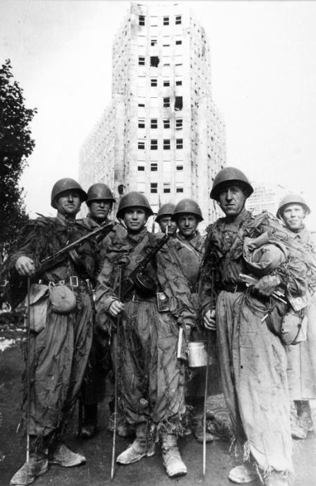 Группа бойцов-саперов Красной Армии в Белграде сразу по окончании боев за город.