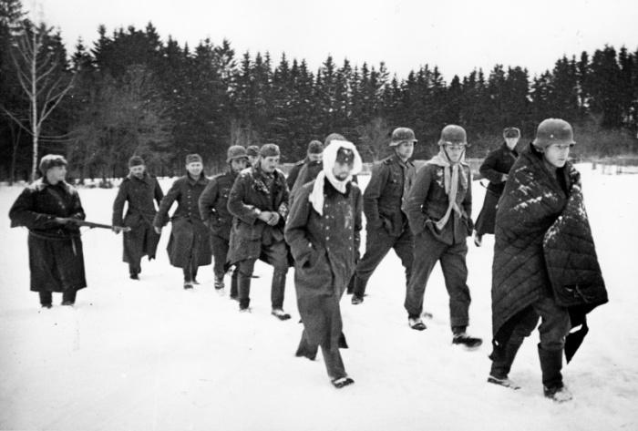 Группа немецких солдат, захваченных в плен во время битвы под Москвой, зима 1941 -1942 годов.