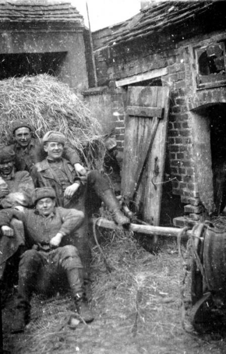 Разведчики дивизионной разведки 27-й гвардейской стрелковой дивизии во дворе одного из домов в Польше.