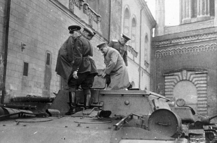 Главнокомандующий И.В.Сталин лично осматривает нового «Зверобоя» СУ-152.
