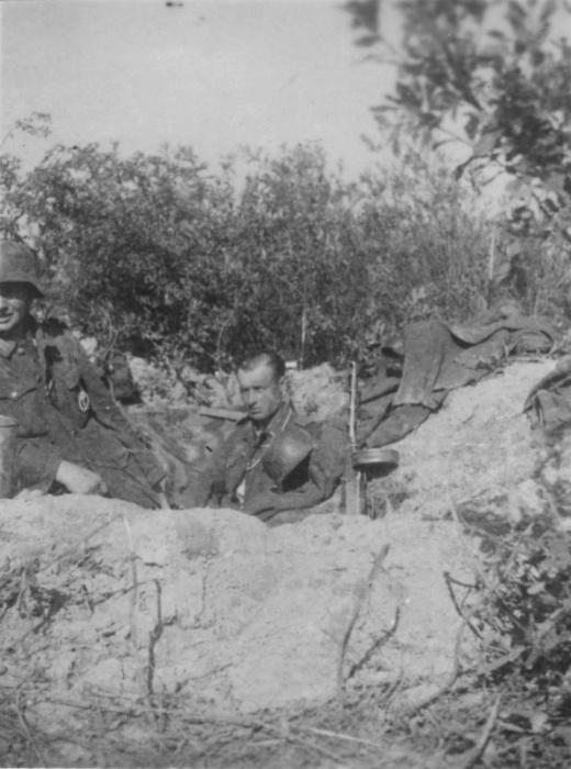 Два немецких солдата с трофейным ППШ в окопе у деревни Полунино, Калининской области.