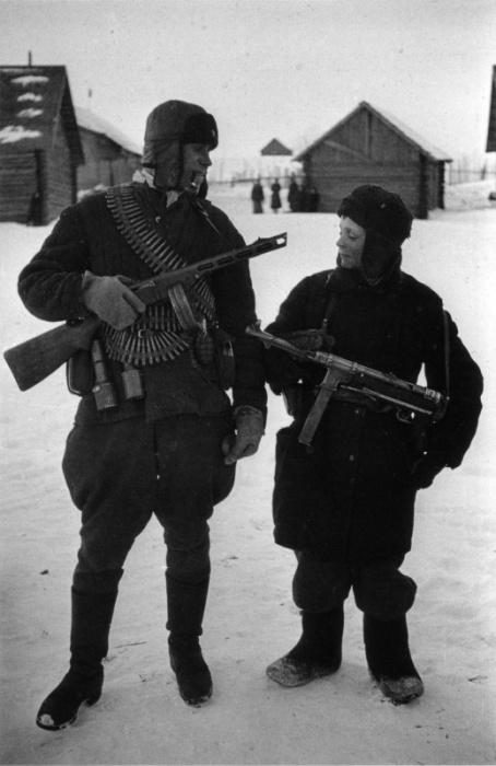 Подросток с трофейным немецким пистолетом-пулеметом MP-40.