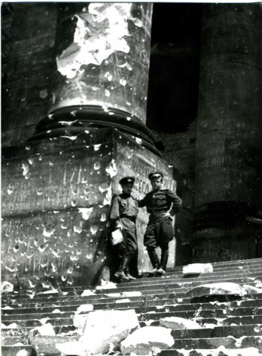 Советские офицеры на ступеньках Рейхстага.