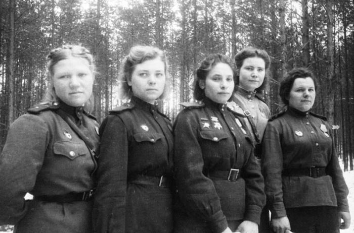 Девушки в день 8 марта 1944 года.
