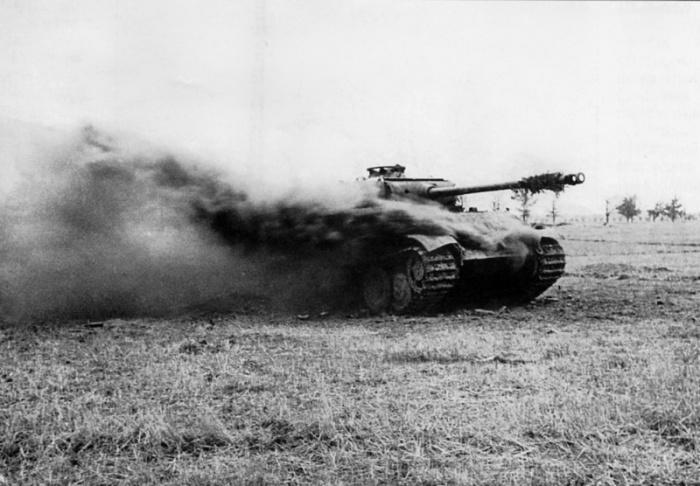 Горит немецкий танк Pz.Kpfw. V Ausf. G «Пантера», 3-й Белорусский фронт.
