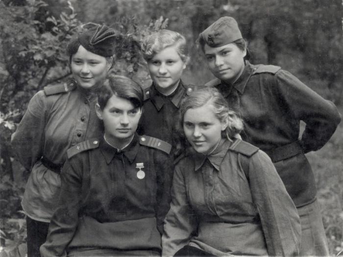 Надпись на обороте фотографии: «Маша, Валя, Надя, Оля, Таня — девушки нашей части п/п 23234-а». Щигры, Курская область, 29.07.1943 года.