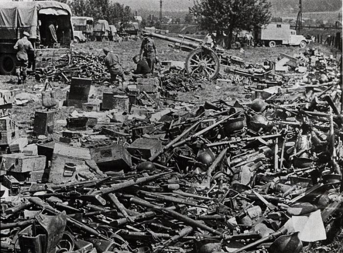 Горы немецкого оружия, захваченного союзниками.