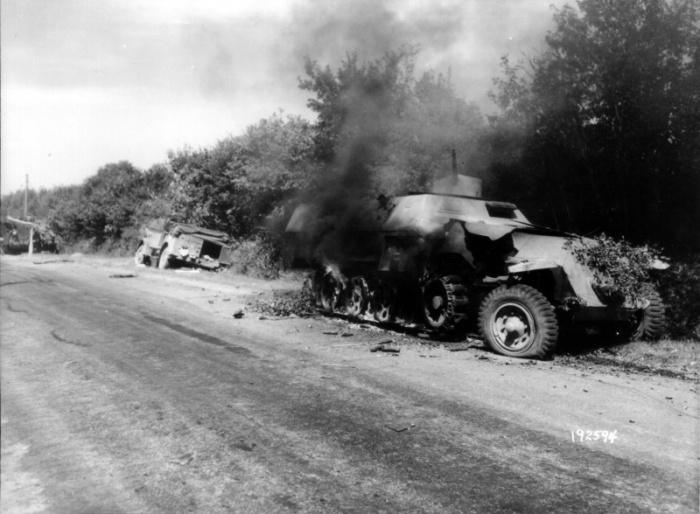 Немецкая техника на дороге между Алансоном и Мортанью в Нормандии.