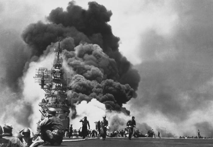 Горящий авианосец после двух атак японских камикадзе, произведенных с интервалом 30 секунд. Богибли 372, получили ранения 264 военнослужащих.