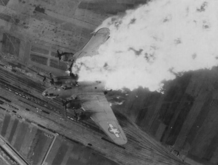 Горящий самолёт 840-й эскадрильи 483-й бомбардировочной группы ВВС США в полете над югославским городом Ниш.