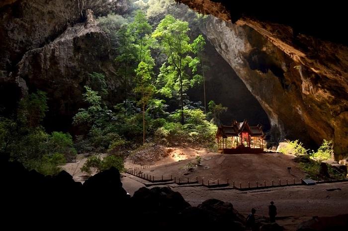 Величественная пещера находится в национальном парке Кхао Сам Рой Йот. Павильон Куха Карунас освещается солнечными лучами, проникающими внутрь через рухнувший свод.