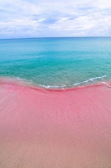 Удивительный пляж с розовым песком.