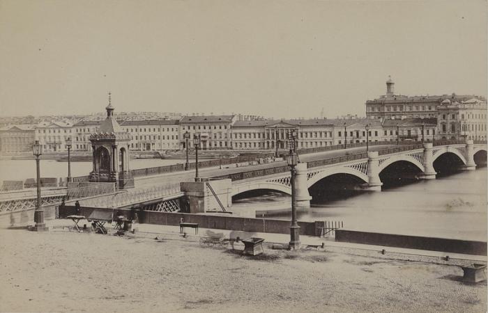 Первый постоянный мост через Неву.