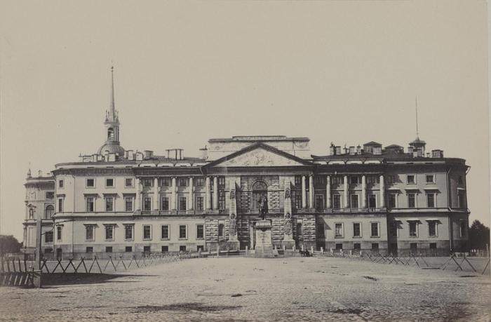 Императорский дворец в центре Петербурга, построенный по заказу императора Павла I.
