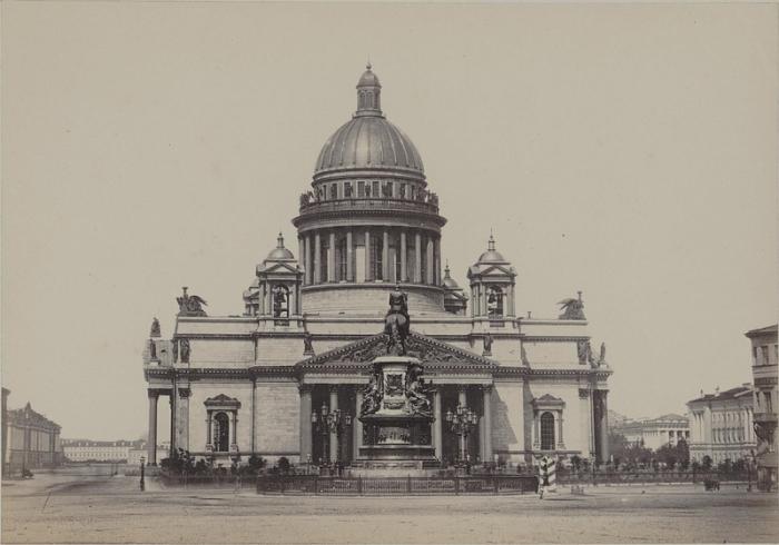 Свою историю величественный Исаакиевский собор ведет от небольшой деревянной церкви, заложенной по указу Петра I.