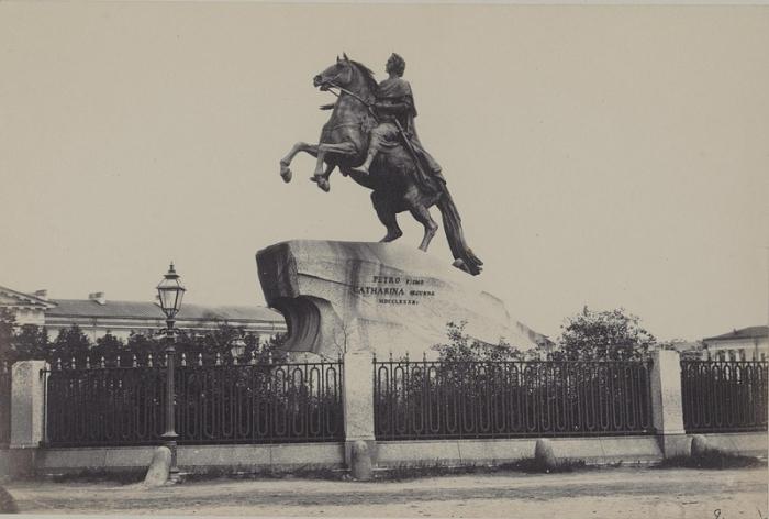 Медный всадник - старейший и наиболее известный памятник основателю Российской империи.