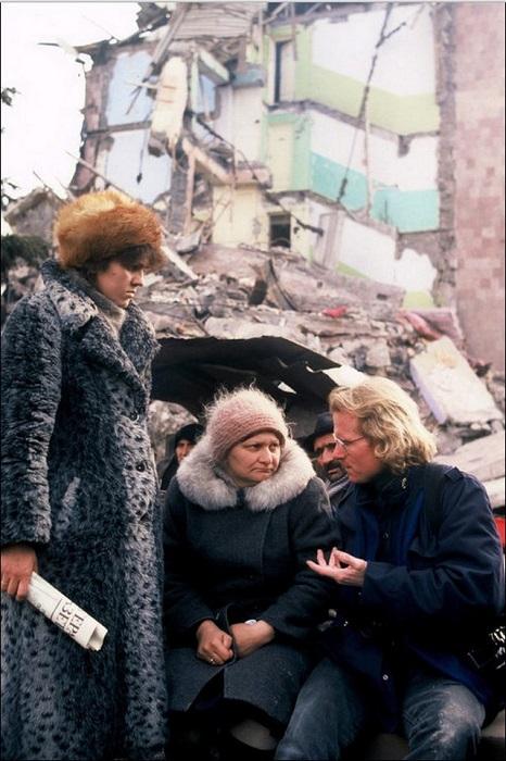 Американский журналист Питер Тернли беседует с выжившими после землетрясения, разрушившего город Спитаке до основания (Армения).