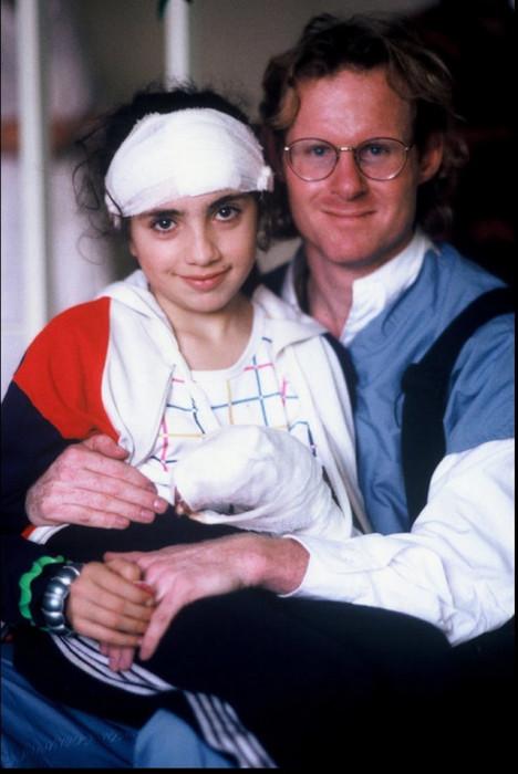 Питер Тернли позирует с девочкой, которая чудом пережила Спитакское землетрясение, произошедшее в Армении.