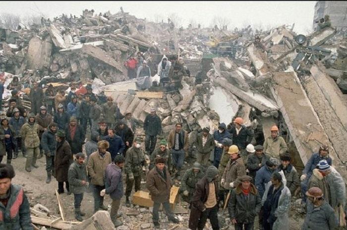Ужасное землетрясение, которое за полминуты полностью разрушило город, оставило после себя жуткие руины.